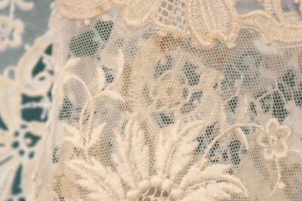 klein- detail kant met bloemmotief