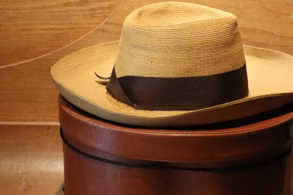 klein - hoed op hoedendoos