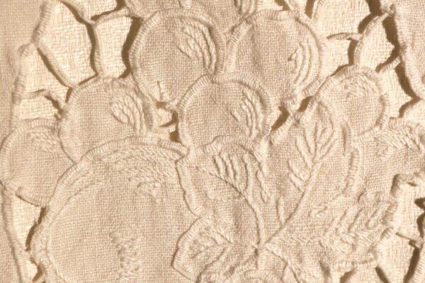 klein - tafelkleed detail Richelieuwerk
