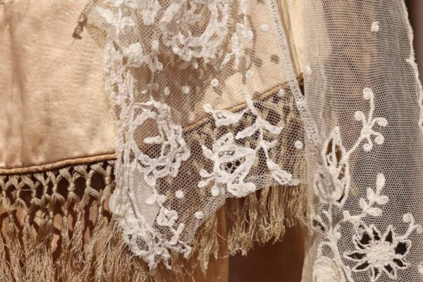 klein - zijden kostuum en kant 2e detail