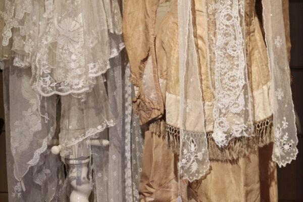 klein - zijden kostuum en kanten shawls