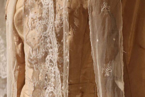 klein - zijden kostuum met kant